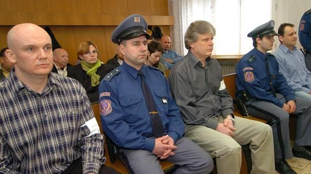 Trojice mužů - zleva Petr Šimulák, Zdeněk Ševčík a Jan Grábl - si již v dubnu letošního roku vyslechla odsuzující verdikt ostravského krajského soudu. Vrchní soud rozsudek ve středu 27. června potvrdil.