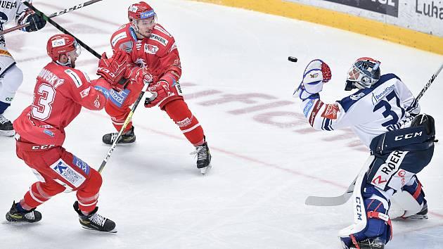 Útočník Michael Špaček(v červeném) bude nějakou dobu Třinci chybět.