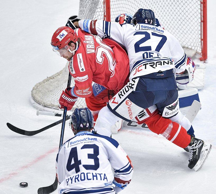 Utkání 42. kola hokejové extraligy: HC Oceláři Třinec - HC Vítkovice Ridera, 2. února 2021 v Třinci. (zleva) Petr Vrána z Třince a Rastislav Dej z Vítkovic.