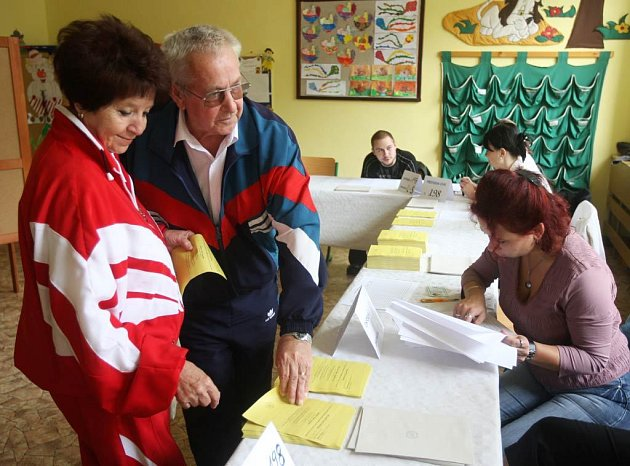 Ilustrační snímky z volebního okrsku v Ostravě-Porubě, kde se volí v pátek a v sobotu do senátu