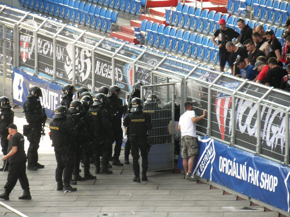 2. Policisté vnikají do sektorů hostí, kde leží zraněný fanoušek.