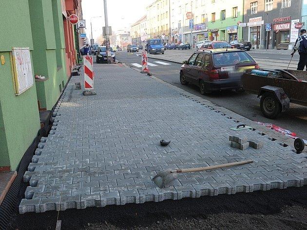 Části chodníku, které jsou v havarijním stavu, se začaly opravovat.