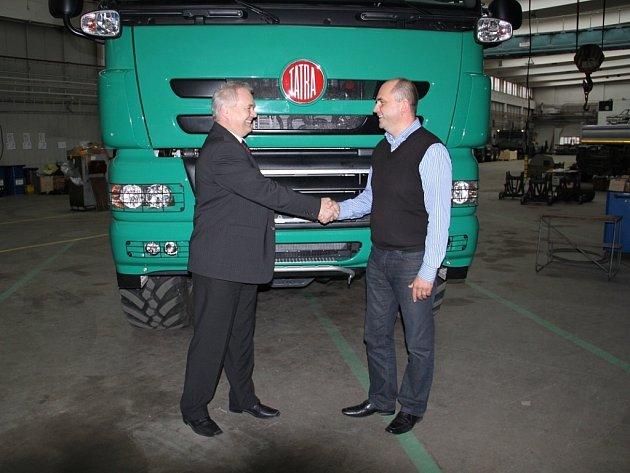 René Matera (vlevo) a Jaroslav Strnad jsou od pátku legitimními vlastníky automobilky TATRA TRUCKS a. s.