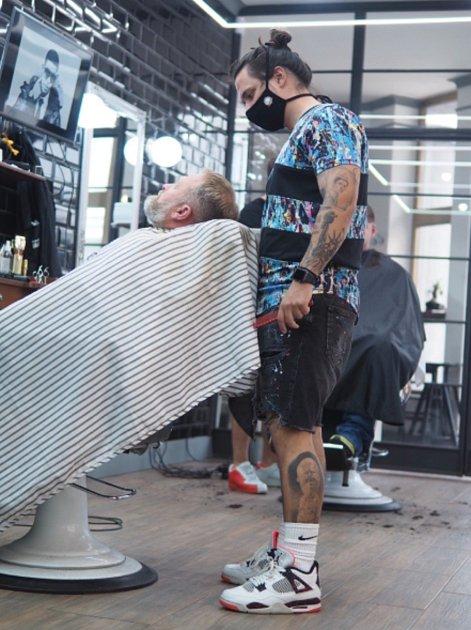 Barber Thomas Niesner při práci.