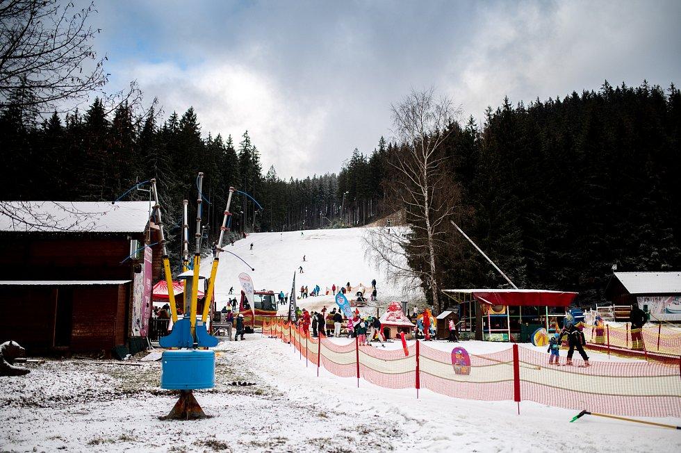 Poslední den otevření sjezdovek. Od 27. prosince musí provozovatelé ukončit provoz lyžařských vleků kvůli vládnímu opatření v souvislosti s pandemií Covid-19. 26. prosince 2020 na Bílé.
