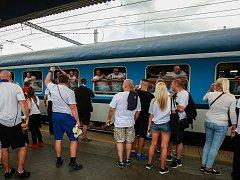 Odjezd fanoušků Baníku na zápas do Brna z ostravského nádraží Svinov. Ilustrační foto.