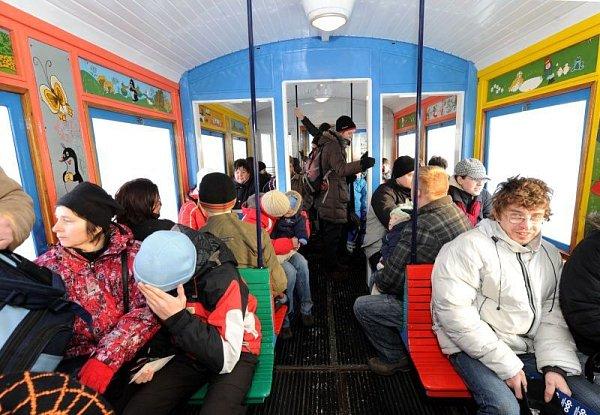 Sobotní projížďka historickou tramvají sčertem a mikulášem.