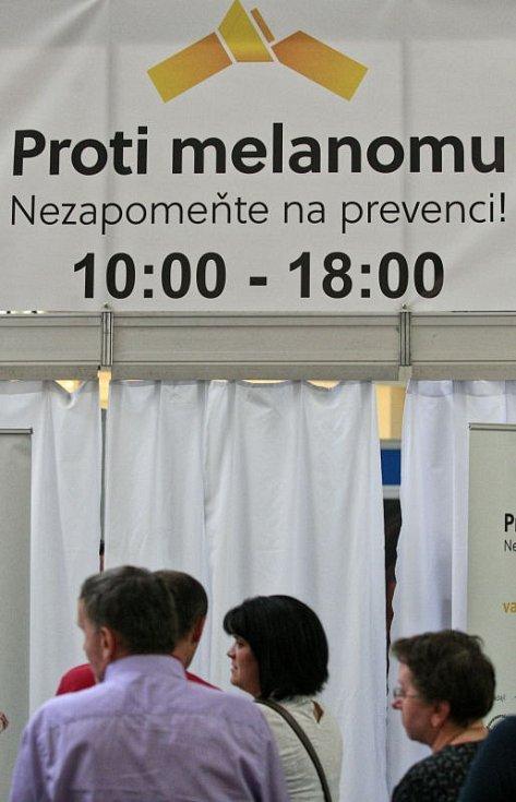 Lidé, kteří v úterý zamířili do Stanu proti melanomu v ostravském Avion shopping parku.