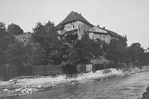 Původní polskoostravský hrad byl v 16. století přestavěn na renesanční zámek. Zničen byl tím, že se pod ním začalo těžit uhlí. Snímek je z doby před první světovou válkou.