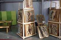 Lubomír Kirman tvoří zásadně z přírodních materiálů ze dřeva, z kamenů, z písku, z vody… Materiál nakupuje ve stavebnictví nebo hledá v přírodě.