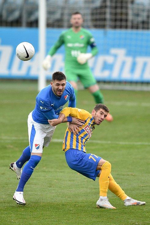 Utkání 10. kola první fotbalové ligy: SFC Opava - FC Baník Ostrava, 5. prosince 2020 v Opavě. (zleva) Patrizio Stronati z Ostravy a Bojan Dordič z Opavy.