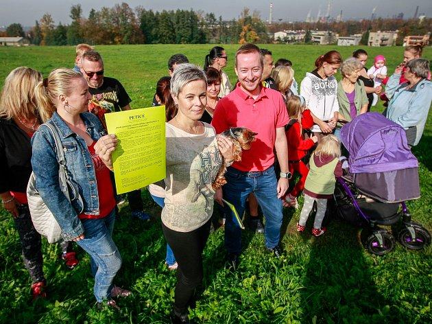 Petice proti stavbě supermarketu ve Vratimově.