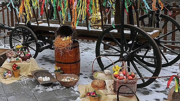 Velikonoční trhy. Prodejci pomlázek, perníků, malovaných vajíček a mnoha dalších velikonočních drobností rozbalili své stánky na Jiráskově náměstí v centru Ostravy.