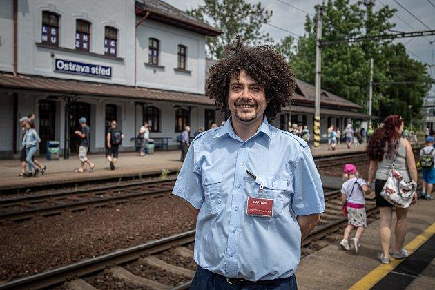 Slezský železniční spolek bude až do září pravidelně ovíkendech vypravovat na okružní poznávací jízdy po uhelných vlečkách na Ostravsku a Karvinsku speciální osobní vlaky. Snímek zpremiérové výletní jízdy, která se uskutečnila vsobotu 12.června 2021.