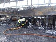 Zásah hasičů u požáru autobusu na D1 za Bohumínem.