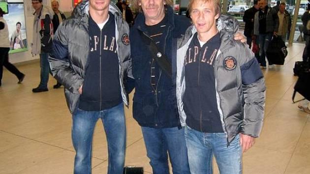 Jarek Nohavica a fotbalisté Baníku Václav Svěrkoš a Rudolf Otepka na mošnovském letišti