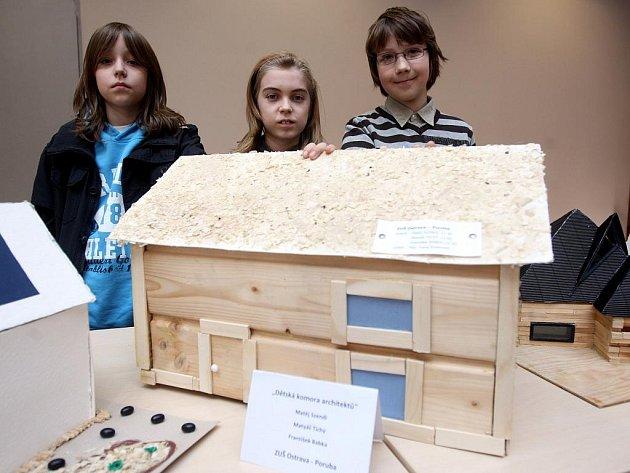 Vítězové soutěže Dětská komora architektů, v níž bylo úkolem zpracovat trojrozměrný výtvarný návrh domku pro bydlení s použitím dřevěných prvků a dalších přírodních materiálů, byli v úterý oceněni v sídle Moravskoslezského dřevařského klastru v Ostravě.