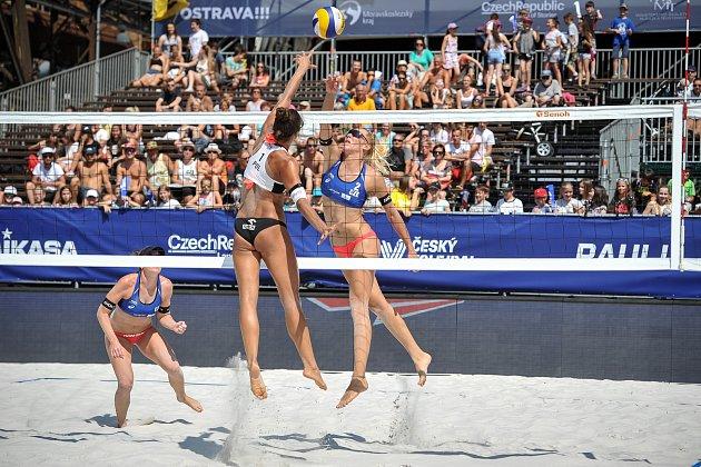 Turnaj Světového okruhu vplážovém volejbalu, 21.června 2018vOstravě. Na snímku Wachowicz (vbílém), proti Markéta Sluková a Barbora Hermannová.
