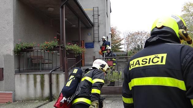 Jako v reálu. Vyvíječem kouře hasiči vytvořili podmínky, jako při skutečném požáru.