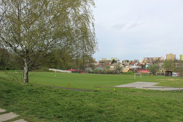 Sportovní areál vPustkovci sfotbalovým hřištěm a atletickým oválem.