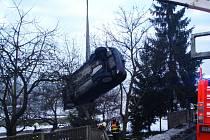 Vyproštění automobilu převráceného na střechu mimo cestu