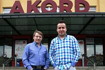 Duo Jamaha, které tvoří otec Alojz a syn Marián Kotvanovi, potěšilo ostravské publikum nejen koncertem v Domě kultury Akord, ale i autogramiádou.