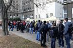 Chumel žáků před Střední průmyslovou školou Kratochvílova v Ostravě čeká na to, až se škola otevře. V osm jich tam postávalo asi dvacet a jejich počet postupně narůstal.
