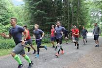 KONEC DRILU NA SUCHU. Hokejisté Vítkovic uzavřeli první blok letní přípravy. Na snímku v popředí kapitán Rostislav Olesz, vzadu na vše dohlíží trenér Jakub Petr.