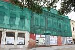 Začíná oprava tří chátrajících historických domů na náměstí ve Fryštátě.