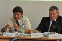 Vedoucí vyšetřovacího týmu Comenius Jiří Jícha (vpravo) sdělil na čtvrteční tiskové konferenci hlavní příčiny tragické nehody vlaku ve Studénce a předal státnímu zástupci Aleši Kopalovi (vlevo) návrh obžaloby deseti lidí.