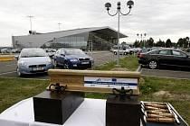 Poklepem na kolejnici v pondělí v Mošnově začala stavba železnice, která spojí ostravské letiště Leoše Janáčka s vlakovou stanicí Sedlnice.