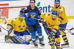 Mistrovství světa hokejistů do 20 let, zápas o 3. místo: Švédsko - Finsko, 5. ledna 2020 v Ostravě. Na snímku (zleva) brankář Švédska Hugo Alnefelt (SWE), Lenni Killinen (FIN), Philip Broberg (SWE), Tobias Bjornfot (SWE).
