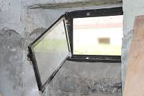 Zloděj se do sklepa protáhl i přes malé okénko.
