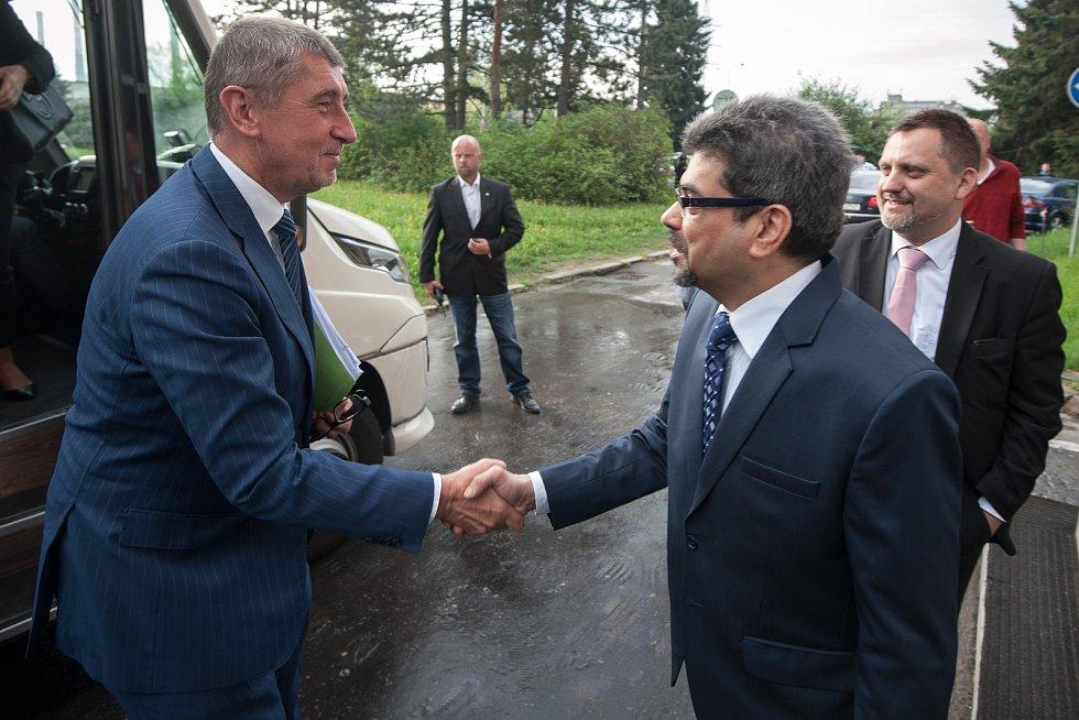 Vláda ČR v Ostravě, 24. duben 2018. Na snímku vlevo Andrej Babiš při návštěvě ArcelorMittalu.