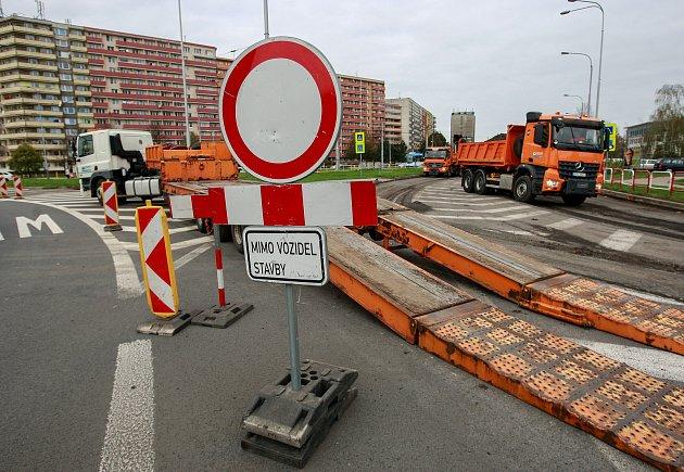 Uzavírka ulice Horní v Ostravě-Jihu, frézování a pokládka nového asfaltového povrchu.