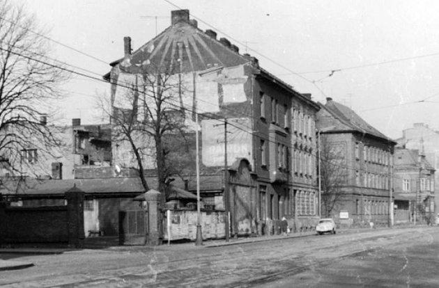 SPEDITÉRSTVÍ HANKE. Vzasilatelské firmě Hanke byl vroce 1945vytvořen internační tábor pro Němce připravené kodsunu. Vlevé části obrázku je brána do tábora.