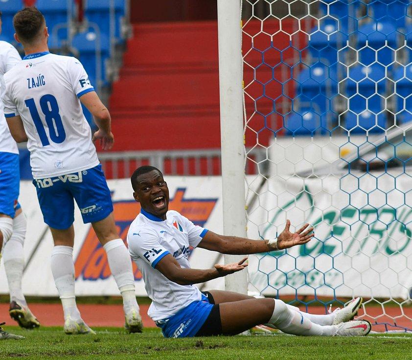 Fotbalisté Baníku Ostrava bojovali 15. května 2021 v utkání 32. ligového kola se Zlínem. Domácí Gigli Ndefe.