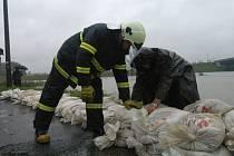 V lokalitě Žabník stavěli hasiči protipovodňovou hráz.