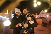 Rodina. Volejbalistka Iva Kalusková s manželem Ladislavem a synem Ládíkem na vánočně vyzdobeném náměstí v Hlučíně.