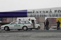Mrtvolu neznámého muže našli v pátek odpoledne policisté v dodávkovém vozidle odstaveném za nákupním centrem Billa v Hlučíně.