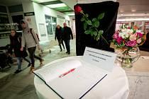 Den druhý po střelbě ve Fakultní nemocnici Ostrava (FNO), 11. prosince 2019 v Ostravě. Na snímku kondolenční kniha.