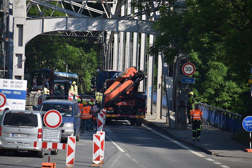 """Před cestou jsme si """"odskočili"""" k opravovanému mostu v Ostravě-Přívoze. Nutno podotknout, že na něm panoval čilý ruch."""