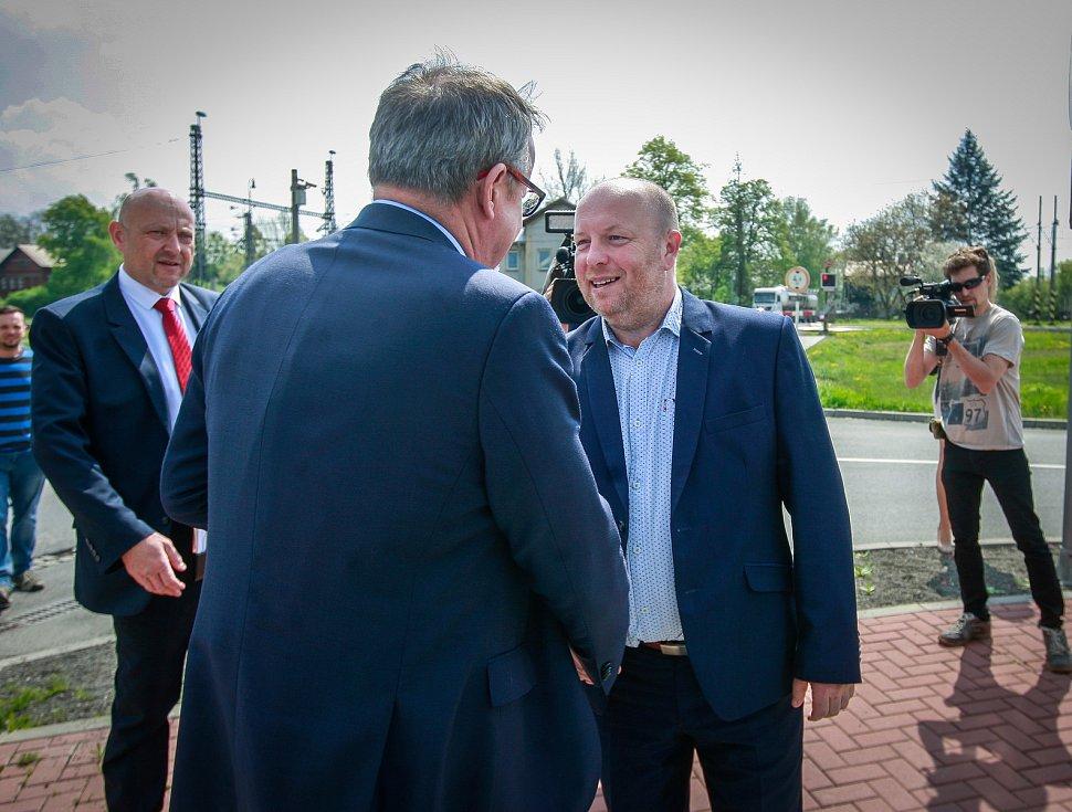 Ministr Dan Ťok navštívil Studénku na místě železničního přejezdu.