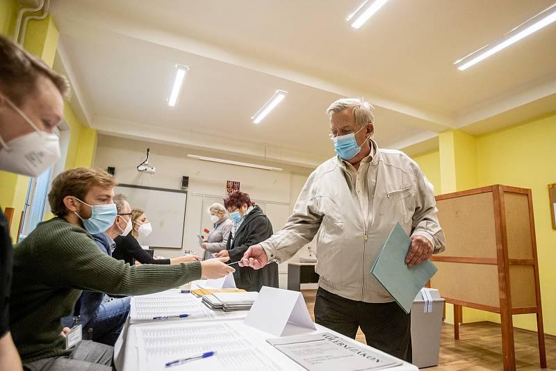 Lidé hlasuji ve volbách do Poslanecké sněmovny, 8. října 2021 v Ostravě.