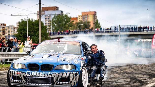 Motoristická akce s názvem Road Circus na ulici Horní v části mezi Dubinou a Bělským lesem. 18. září 2021 v Ostravě.