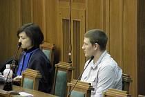 Jakub Kmec (na snímku s obhájkyní) využil svého práva a ve středu při zahájení hlavního líčení odmítl vypovídat.