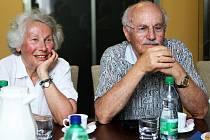Osmdesátisedmiletý Otto Winecki, zřejmě poslední žijící účastník ostravského transportu Židů do koncentračního tábora v Nisku nad Sanem, se v úterý se svou manželkou Krystynou přijel podívat do míst svého dětství, ostravských Michálkovic.