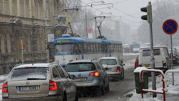 Také Ostravu v pondělí zasáhlo vytrvalé sněžení.
