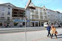 """Zastávka Stodolní byla vyřešena zajímavým způsobem. Chodník """"přistál"""" až u kolejí, projíždějící auta musí počkat, až lidé nastoupí a tramvaj odjede. Pak teprve mohou po kolejích odjet rovněž."""