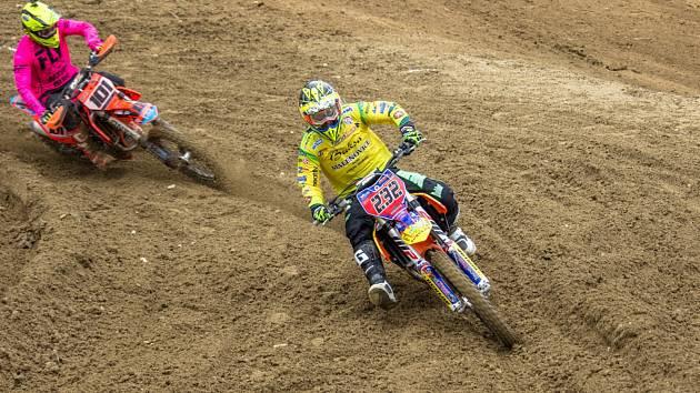 Martin Michek (232) a Václav Kovář (101) předvedli v královské kategorii MX1 krásný souboj, ze kterého vyšel jako vítěz favorizovaný jezdec stáje z Malenovic.